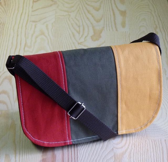 みにみにメッセンジャーバック  黒×3カラー(赤、オリーブ、サフラン)
