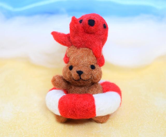 タコと仲良しプカプカ浮き輪のコグマ