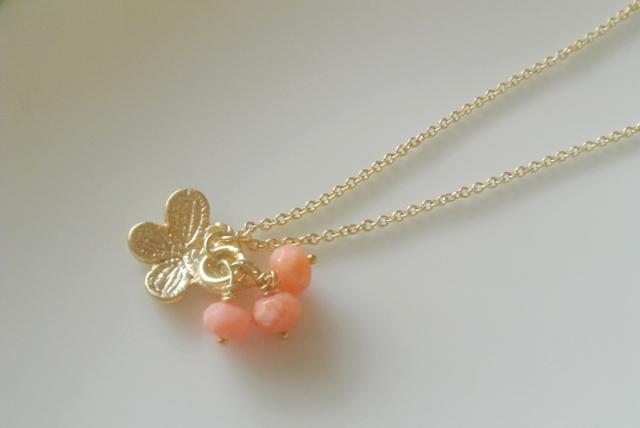 スイング・バタフライとピンクのさんごのネックレス