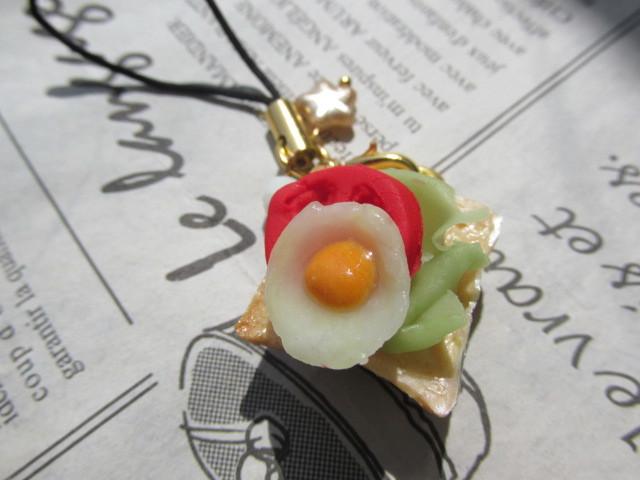 目玉焼き&トマト&レタスのせトーストのストラップ ミニチュアフード