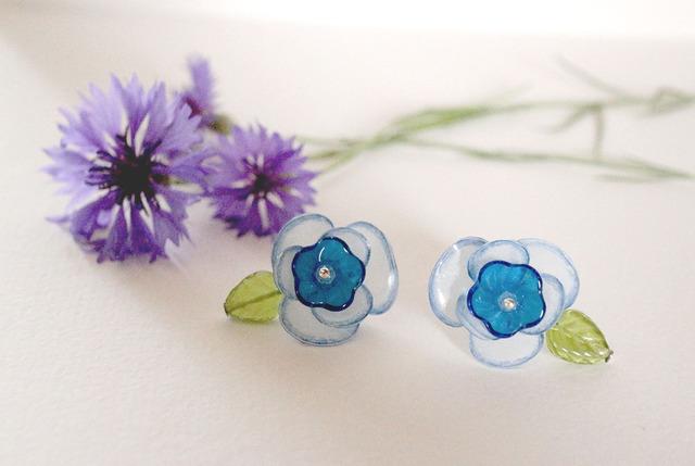 青と白のお花のピアス・イヤリング