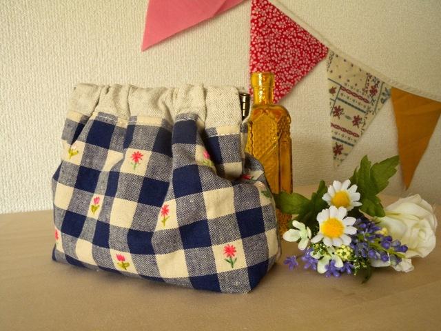 紺のギンガムお花の手刺繍 バネ口ポーチ