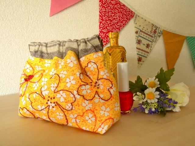 黄色い花柄お花の手刺繍 バネ口ポーチ