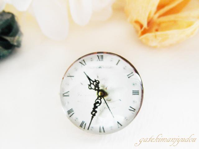 ガラスの時計風ブローチ