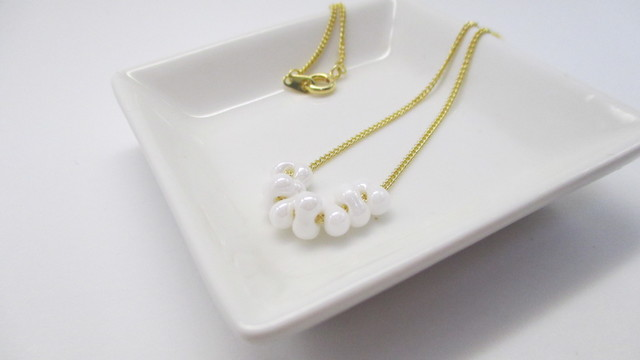 白のファルファーレビーズのネックレス