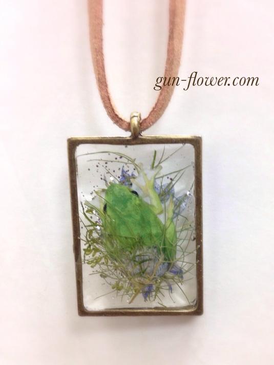 かえる(蛙)と押し花のペンダント-3「ニゲラ」◆ぐんぐんフラワー神戸