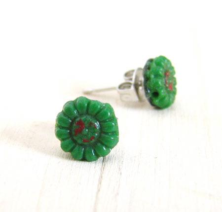 深い緑のお花が可愛いアンティークビーズのプチピアス