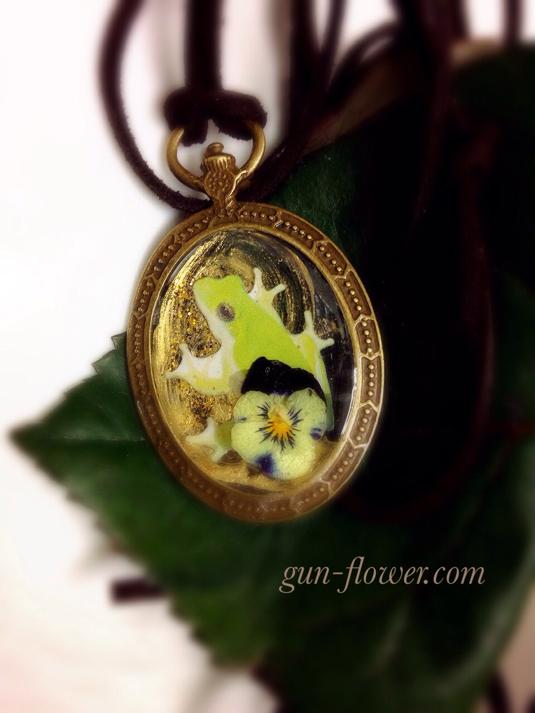 かえる(蛙)と押し花のペンダント-4「ビオラ」◆ぐんぐんフラワー神戸