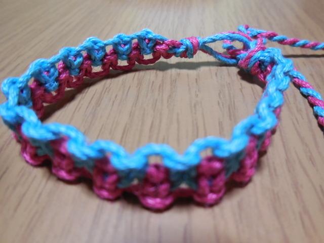 ピンクとブルーのミサンガ