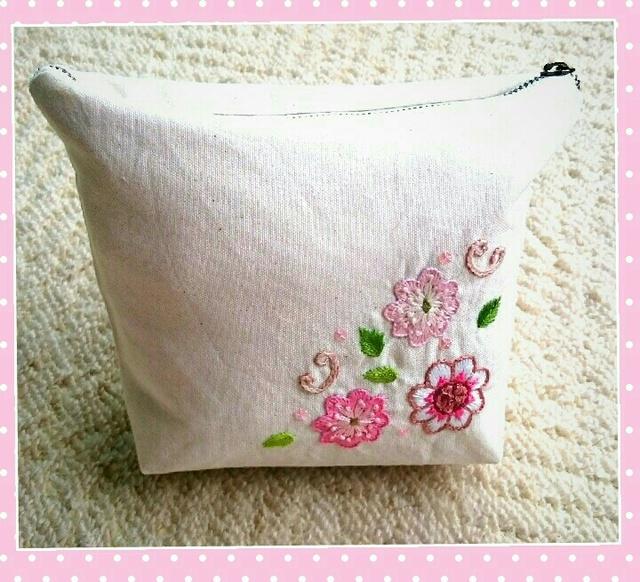 ピンクのお花のポーチ(手刺繍)