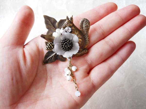 【a様ご予約品】白花とりすと粒々シェルのブローチ