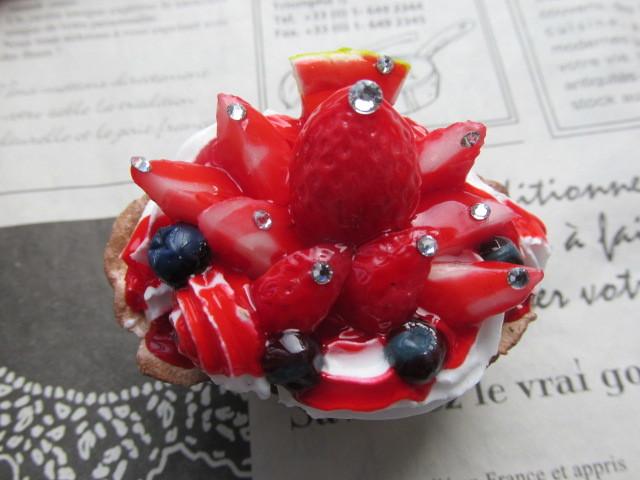 イチゴの舟形タルトのマグネット スイーツデコ