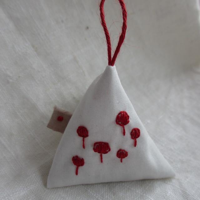 赤いお花のテトラサシェ