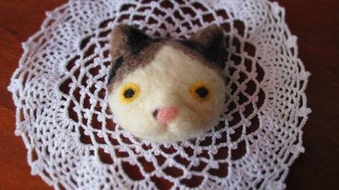 羊毛ネコ顔ブローチ/不思議顔の猫さん