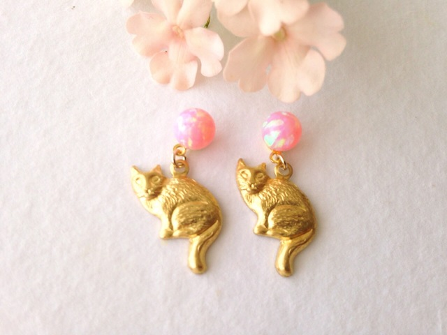 桜色オパールとネコ ピアス(チタンポスト)