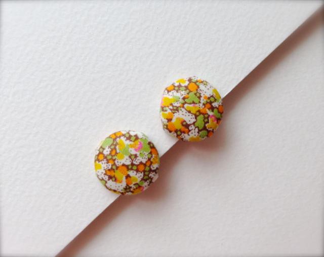 ボタンのイヤリング(レトロオレンジの花)