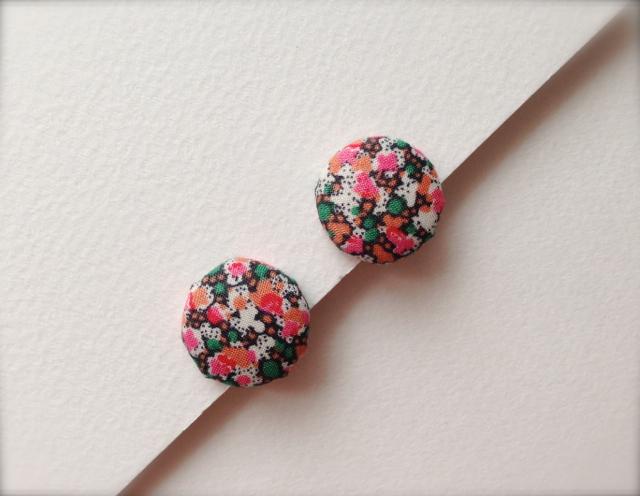 ボタンのイヤリング(レトロピンクの花)