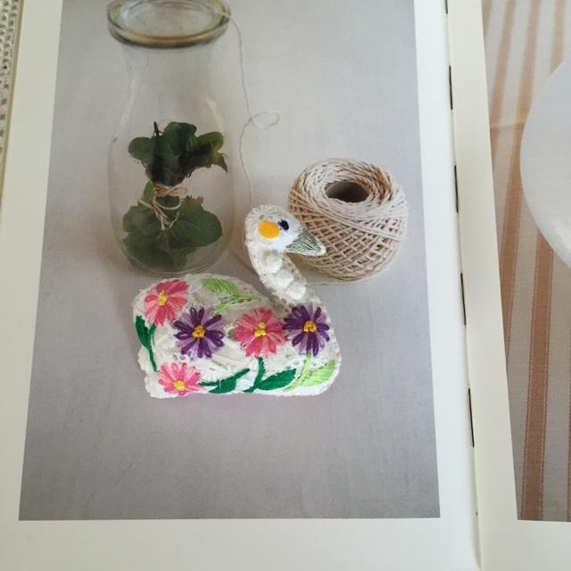 rieさまオーダー スワンのブローチ お花刺繍