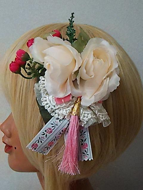二つのベージュのバラと タッセル&りぼんヘアアクセ&ブローチ