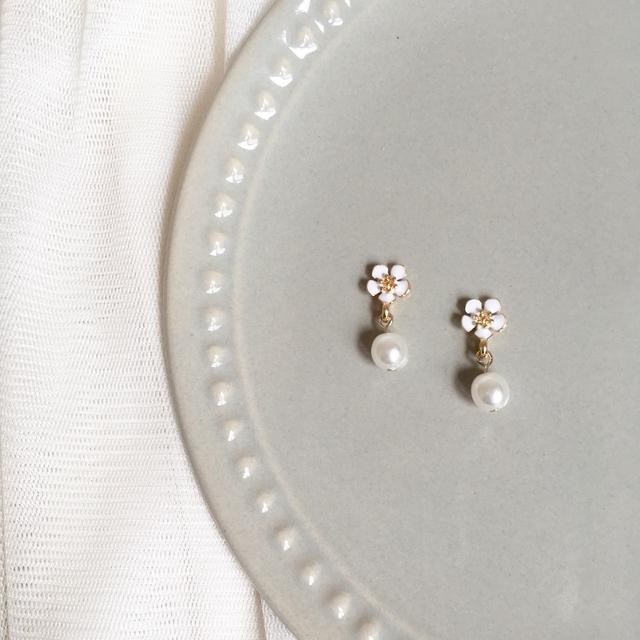 小さなホワイトフラワーと揺れるパールのピアス/ノンホールピアス《earrings041》白 花 小ぶり かわいい