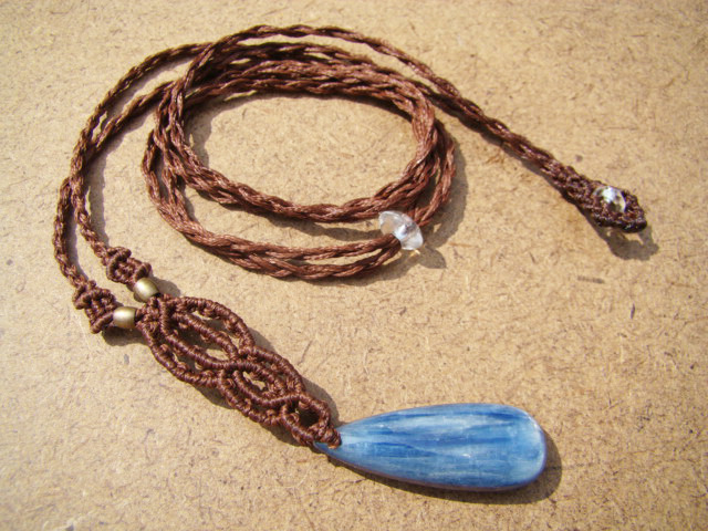 天然石 カイヤナイトと水晶のマクラメ編みネックレス