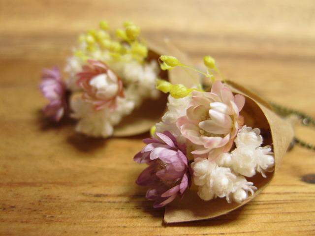小さいお花がゆれる ブーケのピアス 紫と桃色