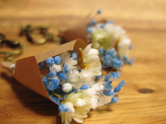 小さいお花がゆれる ブーケのイヤリング 青