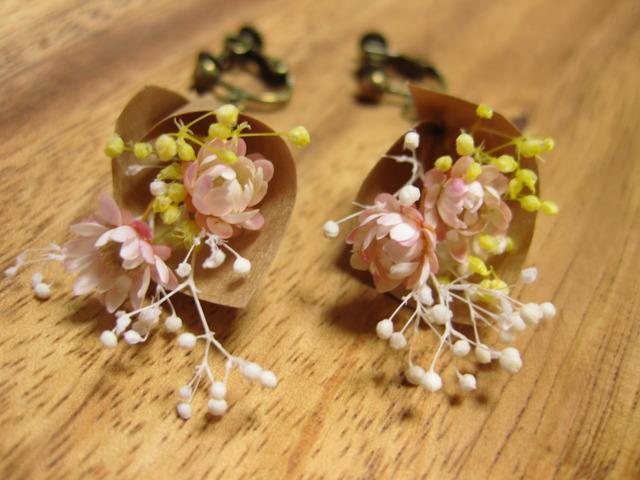 小さいお花がゆれる ブーケのイヤリング 黄&桃色