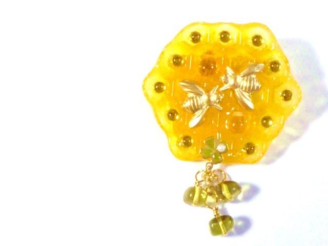 蜂の巣ブローチ〜琥珀の王妃グリーンアンバー〜
