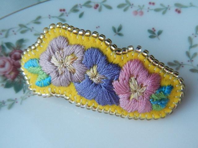 花刺繍ビーズのふちどりバレッタ