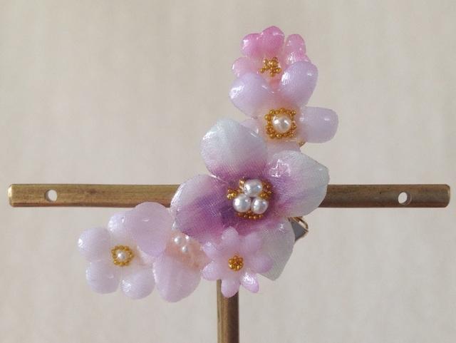 染め花を樹脂加工した小花の三日月型片耳イヤーカフ(紫陽花・薄紫)