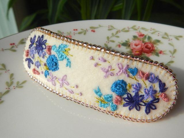 やさしい秋の青い花束刺繍ビーズのふちどりバレッタ