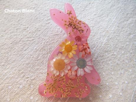 うさぎにお花ブローチ