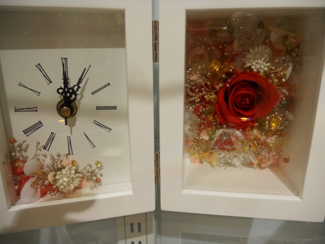 真っ赤なバラと宝石をちりばめたような華やかな時計付フレーム