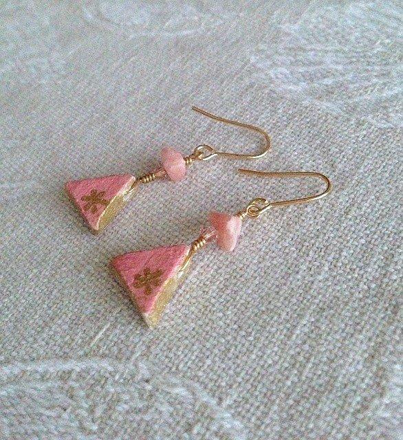 オーブン陶土で作った三角ピンクのピアス