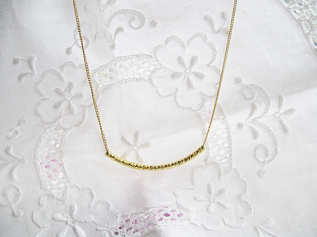 シンプルなゴールドのネックレス