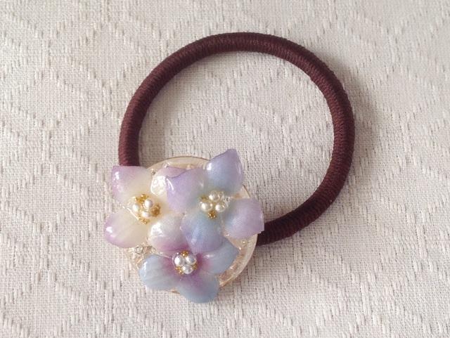 染め花を樹脂加工した紫陽花のヘアゴム(薄紫水色系)