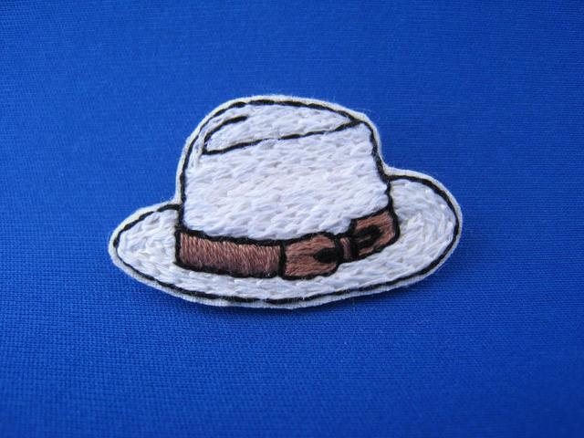 夏のブローチ(白帽子リボン茶)