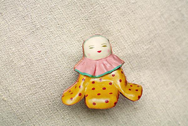 黄色いおべべの人形ブローチ