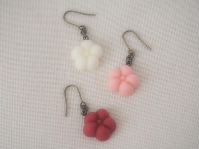 耳に砂糖菓子ピアス(梅の花:ピンク)