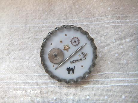 猫と時計パーツのブローチ