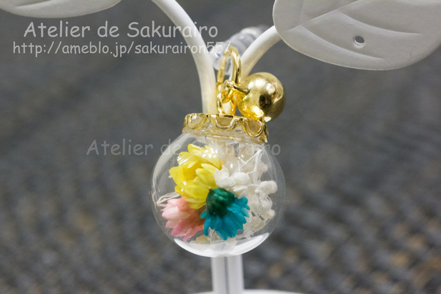 ころころお花のスマホピアス(3色菊花vivid)