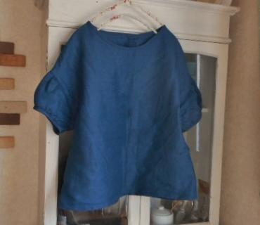 リネン・ブルー色の肩落ちパフ袖ブラウス