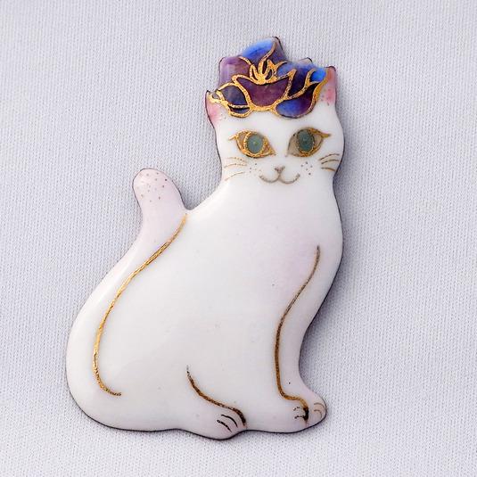 七宝焼ブローチ バラのティアラをつけた白い猫