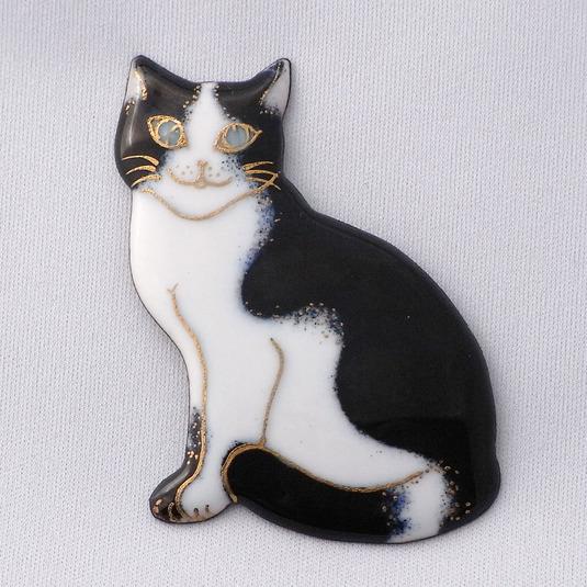 七宝焼ブローチ おすわりしてるハチワレ猫