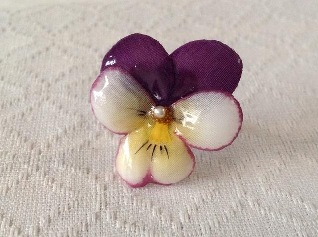 染め花を樹脂加工したビオラのリング(M・紫白)
