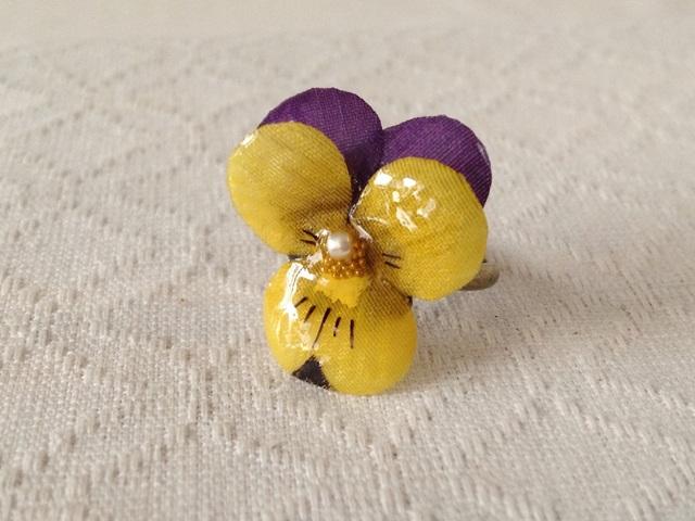 染め花を樹脂加工したビオラのリング(S・紫黄)