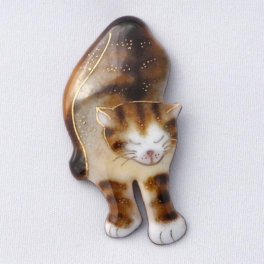 七宝焼ブローチ 伸びする茶トラ猫