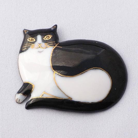 七宝焼ブローチ 横たわるハチワレ猫
