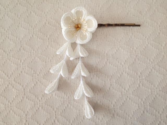〈つまみ細工〉藤下がり付き梅のヘアピン(白)